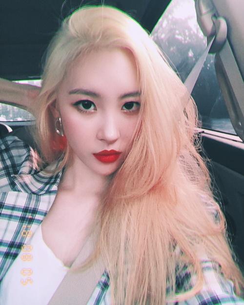 Sun Mi nhuộm tóc vàng sáng, trang điểm đậm chất Tây.