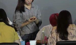 Fan giận dữ vì nhân viên cư xử thô lỗ trong fansign của Wanna One