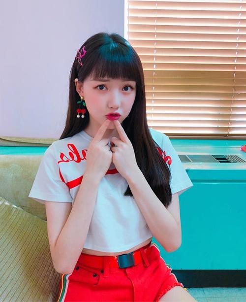 Ye Rin (G-Friend) đáng yêu khi để mái bằng, làm điệu bộ hệt em bé.