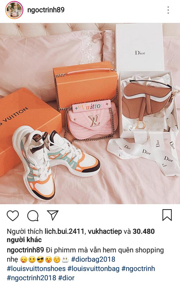 <p> Là tín đồ hàng hiệu nổi tiếng trong showbiz, mới đây, Ngọc Trinh khẳng định độ chịu chơi khi khoe khéo trên trang cá nhân 3 món đồ hiệu mới tậu về, gồm đôi giày Archlight của Louis Vuitton gần 25 triệu đồng, túi Saddle của Dior hơn 50 triệu đồng và túi LV xấp xỉ 50 triệu đồng.<br /><br /> Tuy nhiên, cô nàng có vẻ đi sau chuyển động của làng mốt bởi 3 món đồ này lại đụng hàng chan chát, từng được sao Việt khác rinh về trước đó.</p>