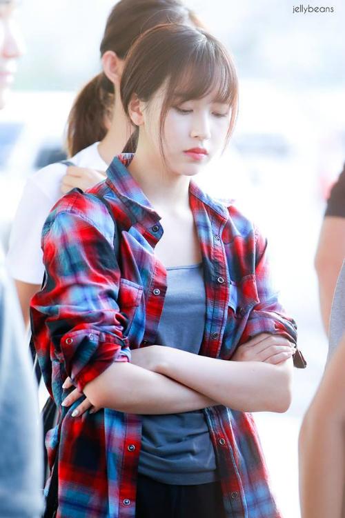 Mina có hình tượng nhẹ nhàng, tiểu như nhưng nữ ca sĩ lại chuộng trang phục nam tính, khá tomboy khi ra sân bay.