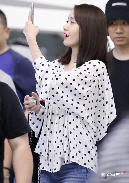 Khi ra sân bay về Hàn, mỹ nhân nhà SM giản dị hơn với sơ mi chấm bi. Thực chất item này thuộc thương hiệuBalenciaga, giá 26,8 triệu đồng.