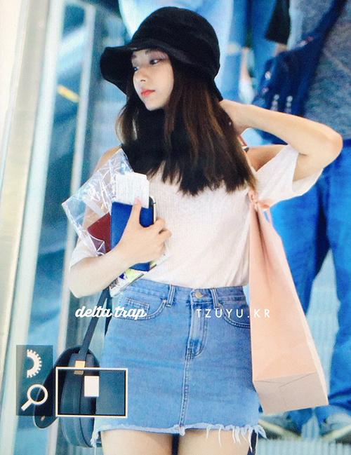 Tzuyu có quãng thời gian nghỉ ngơi ngắn nên quyết định về thăm nhà. Cô nàng vẫn trung thành với set đồ áo phông trắng, chân váy denim. Chiếc mũ vé số dường nhưng đang trở thành xu hướng trong Twice.