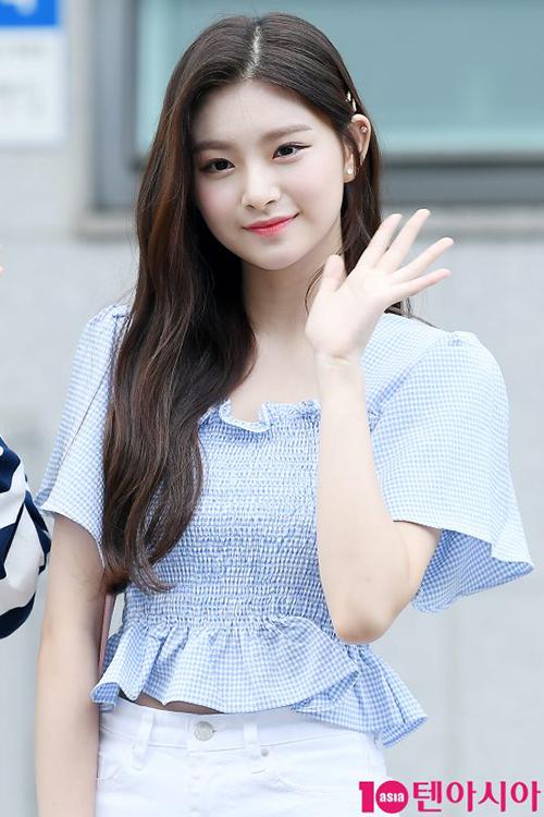Visual hàng đầu của Produce 48 Wang Yi Ren không khiến mọi người thất vọng khi khoe vẻ đẹp nữ thần trước ống kính phóng viên.