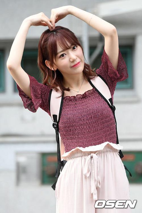 Sakura tưới tắn tạo trái tim tặng các fan. Thành viên HKT48 thực sự hợp với cách trang điểm xứ Hàn.