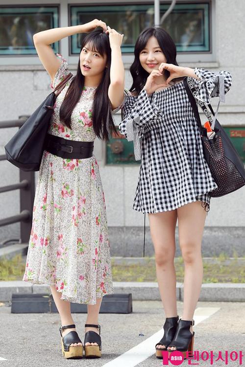 Shiroma Miru và Murase Sae khoe phong cách nữ tính. Vì chiều cao khiêm tốn, các thí sinh Nhật ưa chuộng giày đế khủng.
