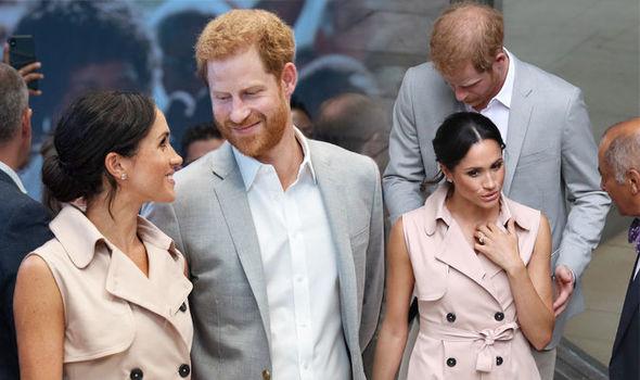 Khi nói chuyện với những người tham dự sự kiện, Meghan luôn bày tỏ sự quan tâm, chân thành và đồng cảm. Trong khi đó, Harry lùi về phía sau để nhường chỗ cho vợ mình thể hiện tài ngoại giao linh hoạt.
