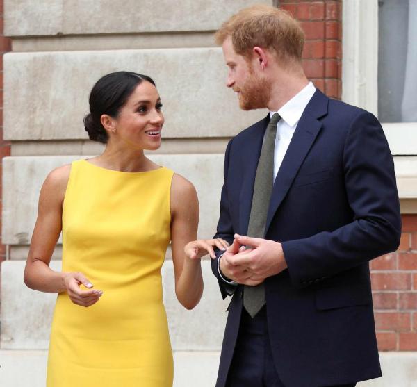 Theo chuyên gia ngôn ngữ cơ thể, Meghan là người đi tiên phong trong mối quan hệ với Hoàng tử Harry.