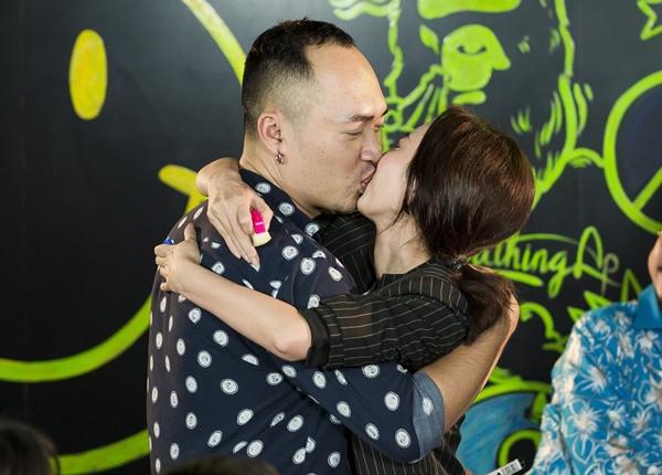 Trong khoảnh khắc ăn mừng phim thành công và chấp nhận thử thách của fan, Tiến Luật - Thu Trang không ngại trao nhau nụ hôn ngọt ngào trước rất nhiều người.