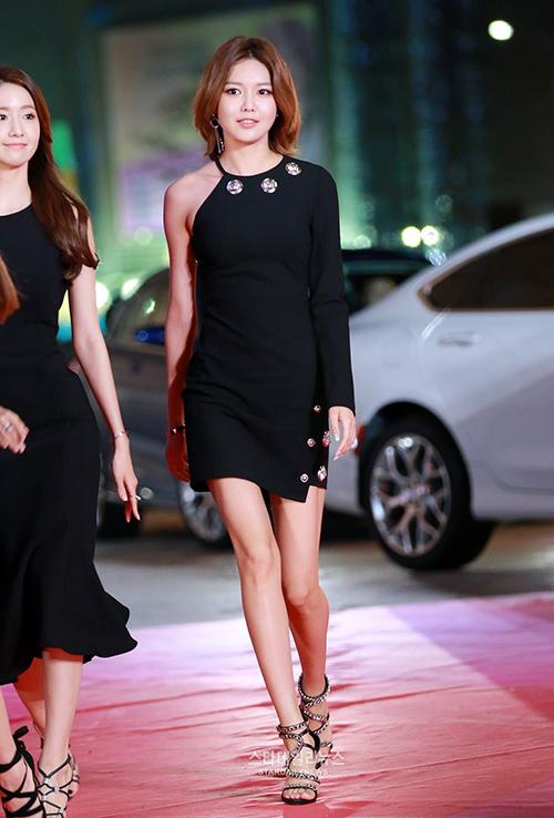 Soo Young vốn được mệnh danh là cò hương vì ngoài chiều cao như người mẫu, cô còn sở hữu thân hình mình dây, đôi chân thẳng tắp.