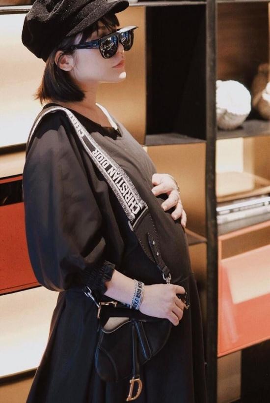 """<p> Fashionista Lâm Thúy Nhàn cũng mua cho mình món hàng hiệu sang chảnh có giá khá """"chát"""" này.</p>"""