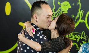 Tiến Luật - Thu Trang khóa môi ngọt ngào ăn mừng 'Thập Tam Muội'