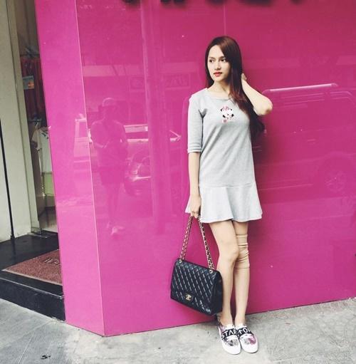 """<p> Kể cả khi diện đồ năng động, phong cách của Hương Giang trước đây cũng khá """"nửa mùa"""". Cô ít đầu tư, chịu chi cho hàng hiệu mỗi khi xuất hiện.</p>"""