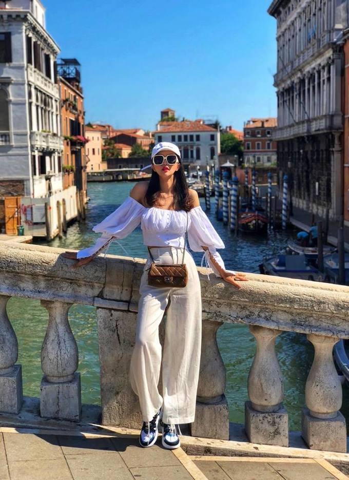 """<p> Kể từ khi đăng quang, Hương Giang đổ cả núi tiền cho hàng hiệu. Trong chuyến du lịch châu Âu vừa qua, người đẹp 9x khoe khéo cả loạt đồ hiệu mới sắm. Trong hình, cô kết hợp áo trần vai cùng đôi giày Archlight """"thần thánh"""" của Louis Vuitton và túi xách Chanel.</p>"""