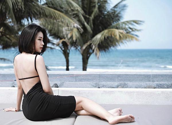 Với thân hình siêu chuẩn, Thanh Huyền chuộng các váy áo sexy, khoe trọn vẻ quyến rũ. Cô nàng chăm chỉ đăng tải hình ảnh trên trang cá nhân instagram hiện có hơn 105 nghìn lượt follow (theo dõi).