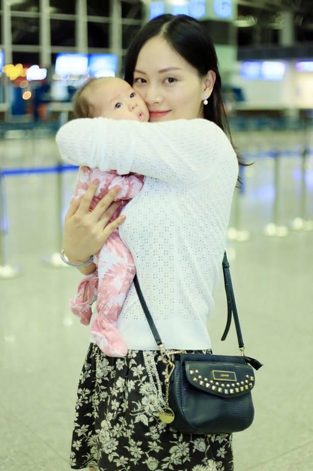 <p> <strong>4. Bé Lina Linh Duffy - con gái Lan Phương</strong><br /> Sau gần 1 năm quen biết ông xã người Anh, Lan Phương đã hạ sinh con gái đầu lòng, nặng 3,35kg và đặt tên là Lina Linh Duffy. Suốt quá trình mang bầu, Lan Phương liên tục chia sẻ những kinh nghiệm, bài học làm mẹ. Thậm chí, cô còn quay lại quá trình sinh nở khiến không ít người xúc động.</p>
