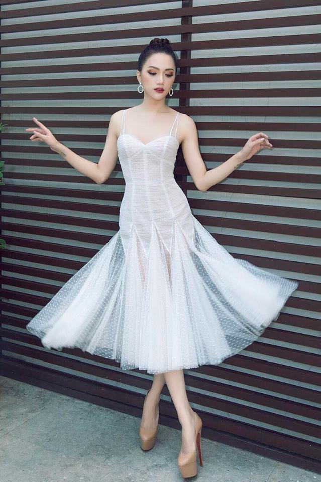 <p> Bộ đầm trắng mỏng tang, chất liệu ren xuyên thấu bay bổng có độ ôm vừa phải, giúp nàng hậu khoe được vóc dáng chữ S gợi cảm mà không tạo cảm giác khoe da thịt quá đà.</p>