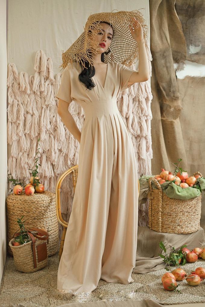 <p> Bộ jumpsuit phom dáng cổ điển nhưng vẫn mang hơi thở hiện đại làm tôn lên nét đẹp thanh thoát, tinh khôi của Khánh Linh.</p>