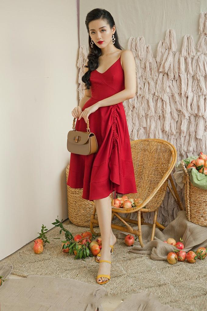 <p> Đầm hai dây khoe xương quai xanh gợi cảm, gam màu đỏ chói lọi của thiết kế khiến người mặc trở thành tâm điểm.</p>