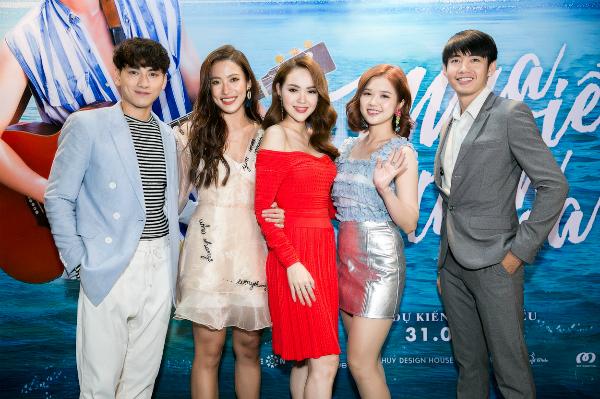 Ngày 7/8, đoàn phim Mùa viết tình ca có buổi ra mắt tại TP HCM. Minh Hằng xuất hiện với vai trò hoàn toàn mới là nhà sản xuất của dự án. Cô tiết lộ đã quyết định dùng số tiền tích góp bao năm làm nghề để đầu tư phim.