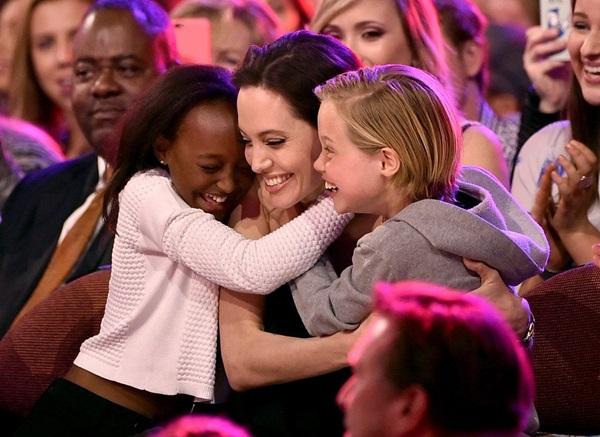 Đối với Angelina, các con là tất cả cuộc sống. Cômuốn Brad Pitt tránh xa khỏi 6 người con vì cho rằng cách sống của anh mang lại ảnh hưởng tiêu cực.