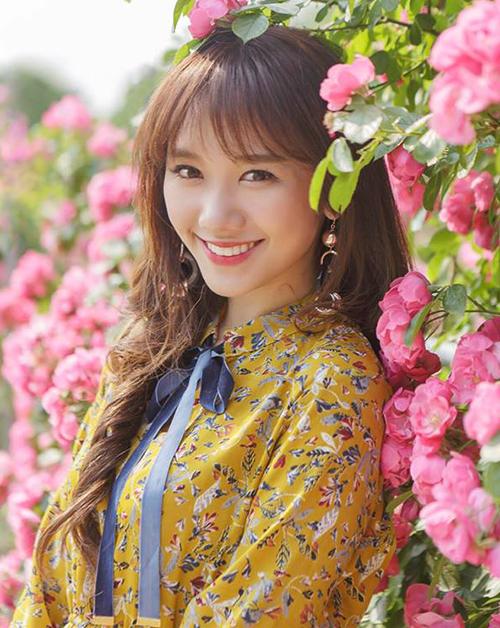 Từ khi bắt đầu được công chúng biết tới, Hari Won đã gắn bó với kiểu tóc dài mái lưa thưa đậm chất Hàn Quốc. Có ưu điểm là ôm lấy gương mặt, tạo cảm giác mặt thon thả và trẻ trung hơn nên tóc mái thưa từ nhiều năm nay đã trở thành thương hiệu của Hari.