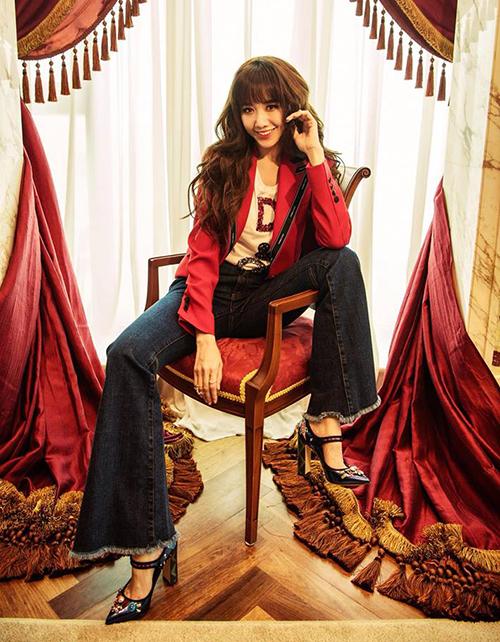 Mái tóc của cô nàng cũng có phần lệch pha với những concept chụp hình thời trang phá cách, hiện đại.