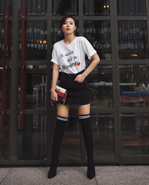 Midu cũng có lúc đổi gió cool ngầu. Set đồ áo phông, chân váy ngắn và boots cao quá gối giúp cô trông rất trẻ trung, năng động.