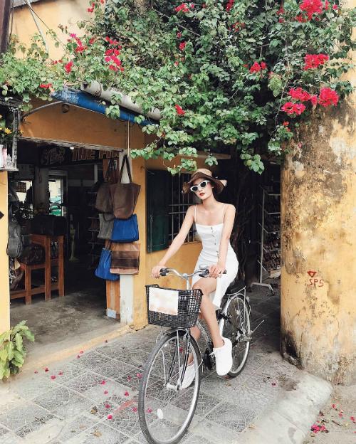 Với gương mặt xinh xắn và body bốc lửa, Hương Ly từng được nhiều người kỳ vọng sẽ giành chiến thắng ở một đấu trường sắc đẹp trong nước. Năm 2017, cô đăng ký dự thi Hoa hậu Hoàn vũ Việt Nam nhưng bỏ cuộc vì sức khỏe không ổn định.