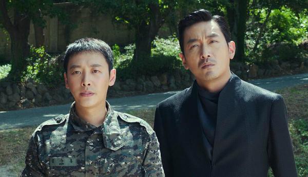 Kim Dong Wook (trái) được đẩy lên làm nhân vật chính trong phần 2.
