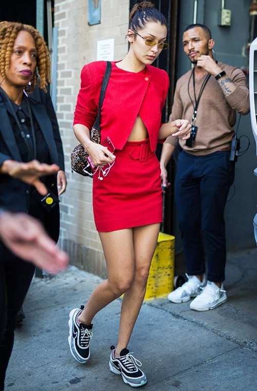 Cô nàng cũng thỉnh thoảng phá cách với những set đồ ấn tượng. Khi diệnsneaker cồng kềnh, thay vì lựa chọn những trang phục đơn sắc thường thấy, Bella diện mộtchiếcváy màu đỏ nổi bật, kết hợp thêm kính mắt và túi xách sành điệu.