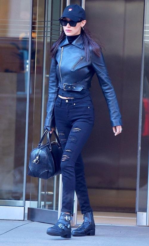 Chân dài cũng là fan của style all black. Việc phối đồ đen toàn tập giúp cô nàng có một diện mạo cool ngầu hết cỡ.