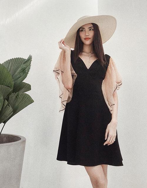 Ở đời thường, thay thế cho phong cách cool ngầu trước đây, người đẹp cũng chuyển sang mê tít các kiểu váy yểu điệu.
