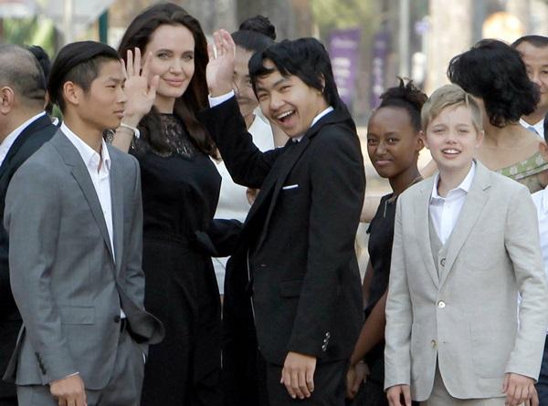 Angelina khẳng định Brad Pitt chưa hoàn thành trách nhiệm hỗ trợ một nửa các khoản chi phí nuôi con trong 18 tháng qua.