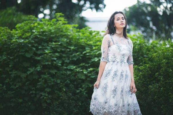Cô nàng sinh năm 2000 có tên đầy đủ là Emma Maria Fernandez, là cựu học sinh trường THPT Nguyễn Trãi (TP.HCM). Emma Lê có mẹ là người Việt, bố là người Tây Ban Nha. Cô nàng từ nhỏ đã sinh sống tại Việt Nam cùng bố mẹ và em trai.Emma có khả năng sử dụng thành thạo 4 thứ tiếng, giao tiếp được với người bản xứ. Cô nàng chia sẻ, do sinh ra lớn lên ở Việt Nam nên nói giỏitiếng. Ngoài ra, Emma biết tiếng Pháp và Tây Ban Nha do học từ bố, còn tiếng Anh cô bạn tựhọc qua các bộ phim truyềnhình.