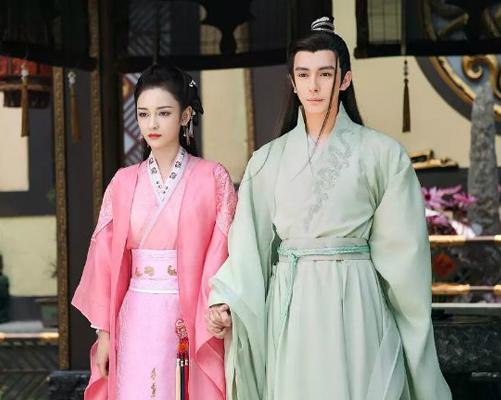 Cảnh Liêu Kính Phong nắm tay bạn diễn nữ bị nhận xét như 2 bức tượng sáp trong bảo tàng.
