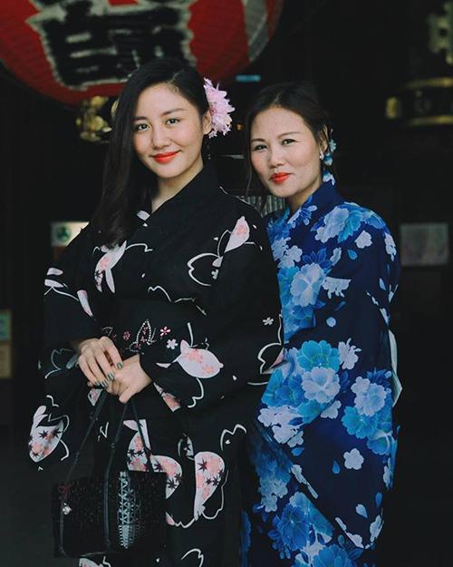 Văn Mai Hương rủ mẹ cùng đi du lịch Nhật Bản. Hai mẹ con khoe sắc trong bộ kimono.