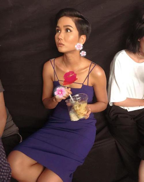 HHen Niê bị chụp trộm khoảnh khắc ngơ ngác đang yêu khi đang tranh thủ ăn trong hậu trường.