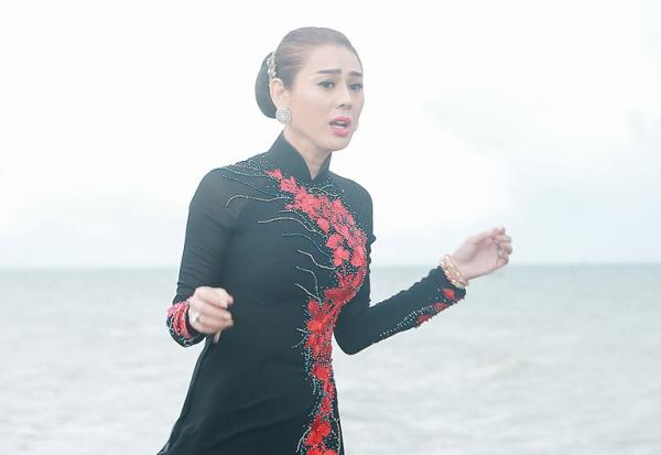 Câu nói kinh điển của Lâm Khánh Chi trong một sản phẩm trước đó nay được sử dụng và diễn xuất trong MV của Huỳnh Lập. Sự xuất hiện bất ngờ này khiến cả khán phòng như náo loạn bởi những trận cười và tràng pháo tay cổ vũ.