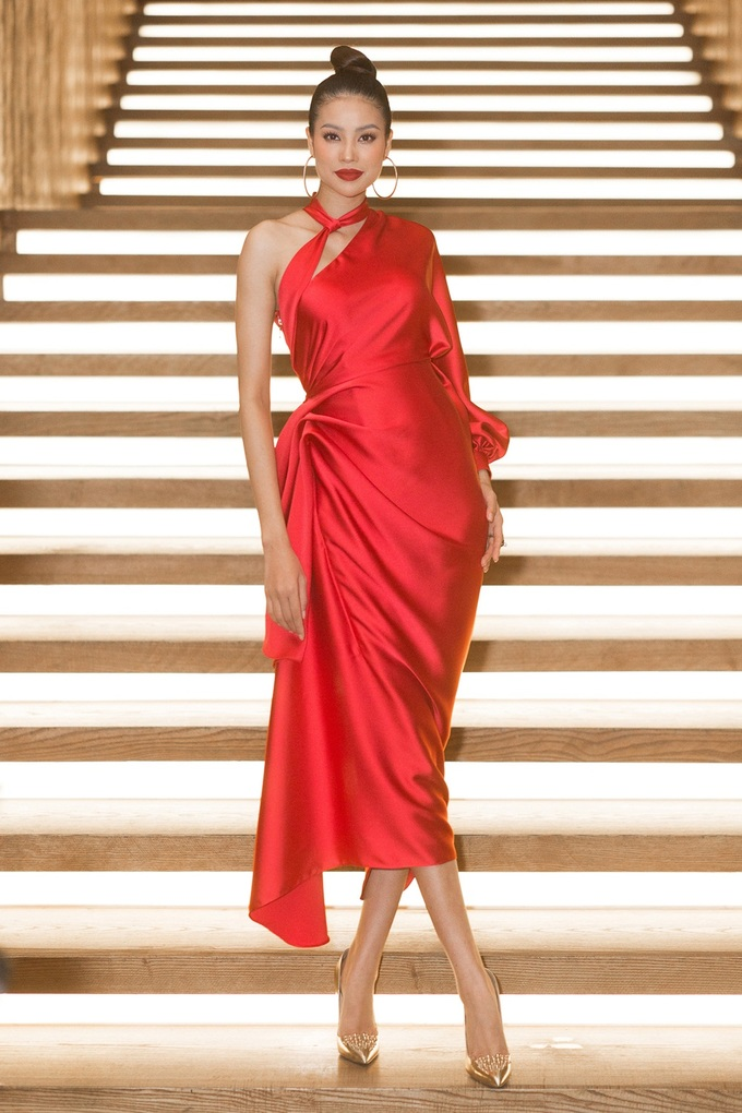 <p> Chiếc váy đỏ rực được thiết kế khéo léo, giúp Phạm Hương khoe được bờ vai gợi cảm nhưng cũng đủ kín đáo để hoa hậu trông thanh lịch hơn.</p>