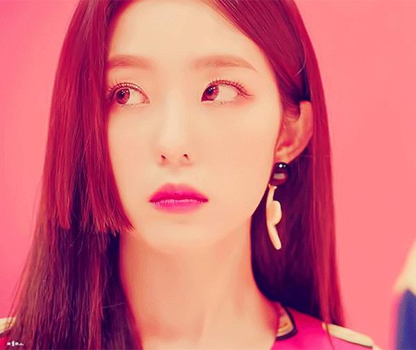 Trong MV Power Up mới đây, Irene một lần nữa khiến fan xôn xao về nhan sắc. Cô nàng được mệnh danh là visual thế kỷ với gương mặt không góc chết. Điều đặc biệt hơn cả trong lần tái xuất này của Irene là kiểu tóc Hime Cut. Đây là lần đầu thành viên Red Velvet thử nghiệm kiểu tóc đình đám đến từ Nhật Bản.