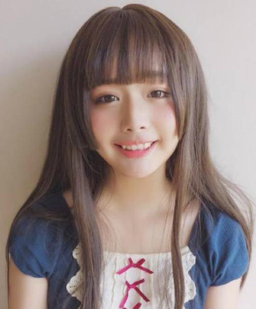 Hime Cut từ lâu đã là một kiểu tóc cute số một với các cô gái Nhật Bản. Để giúp gương mặt thêm ngây thơ, họ thường tỉa lớp tóc mai chỉ dài đến ngang vành tai, giúp tóc dễ cụp vào gò má hơn.