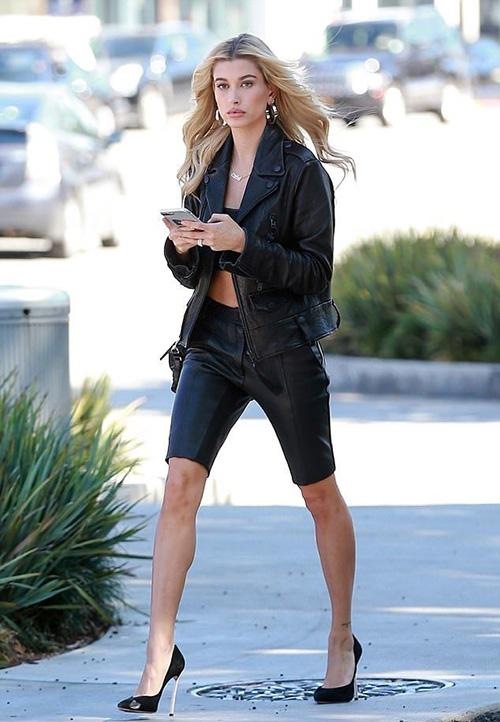 Thay vì mix cùng trang phục sporty, quần bó chẽn được lên hạng bằng cách diện với đủ kiểu áo kiểu cách, những đôi giày cao gót sang chảnh.