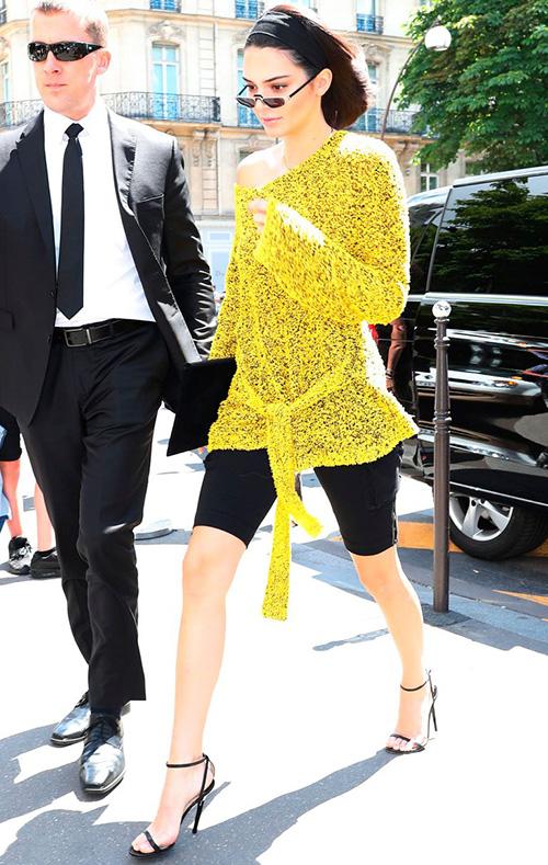 Kendall Jenner chọn loại quần dài đến gần đầu gối để tránh cảm giác kệch cỡm.