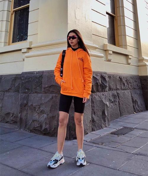Ở Việt Nam, Quỳnh Anh Shyn chứng tỏ khả năng bắt mốt khi là hot girl đầu tiên thử nghiệm trào lưu này. Quần bó chẽn dù đang thành xu hướng nhưng không hề dễ phối đồ. Để tránh gây phản cảm, bạn không nên chọn loại quần quá ngắn và quá bó. Nên kết hợp với những chiếc áo có thể che đi phần lưng quần, giúp bạn thoải mái hoạt động mà không lo bị hớ hênh.