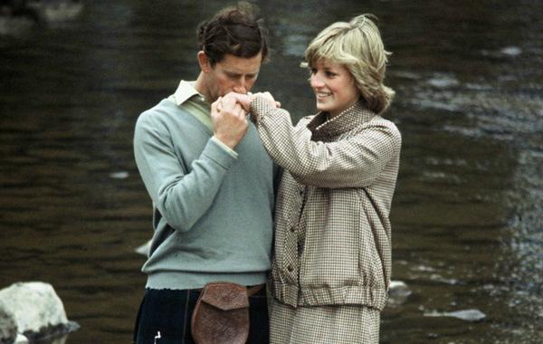 Cuộc hôn nhân không hạnh phúc với Charles khiến Diana luôn cảm thấy cô đơn, tù túng trong cung điện.