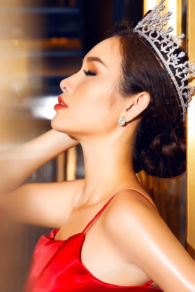 """<p> Thanh Trang được biết đến với danh hiệu """"Người đẹp siêu vòng ba"""". Cô cao 1,74m, số đo 84 - 62 - 100cm.</p>"""
