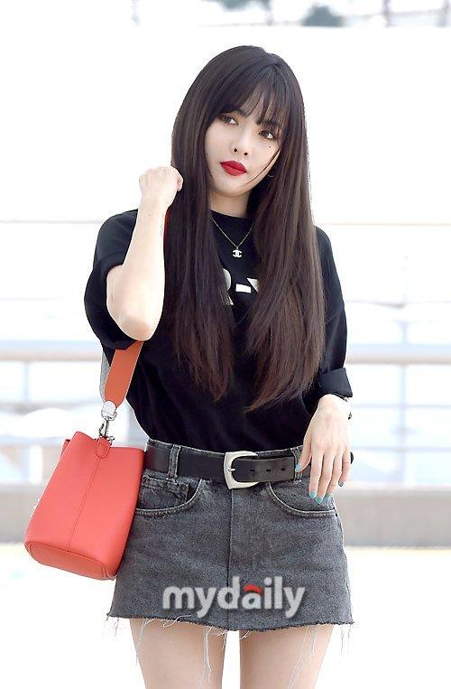 Hyun Ah xuất hiện giữa tin hẹn hò gây sốc. Ngôi sao nhà Cube trẻ trung với trang phục nữ sinh. Nhiều ý kiến cho rằng nữ ca sĩ hợp với cách trang điểm nhẹ nhàng hơn.
