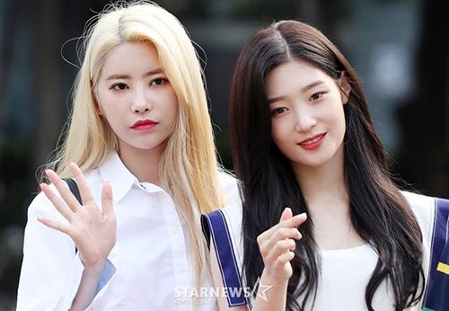 DIA có màn trở lại với đội hình 8 thành viên. Chae Yeon trông khá vui vẻ còn cô bạn Hui Hyeon có vẻ mặt khó chịu.