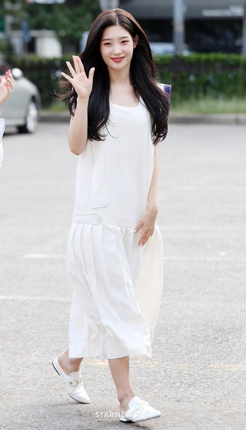 Nữ thần Chae Yeon tái hiện lại hình ảnh mối tình đầu với nhan sắc lung linh, chiếc váy trắng dáng dài nữ tính.
